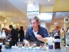Jp Johansen igang med at lave drinks
